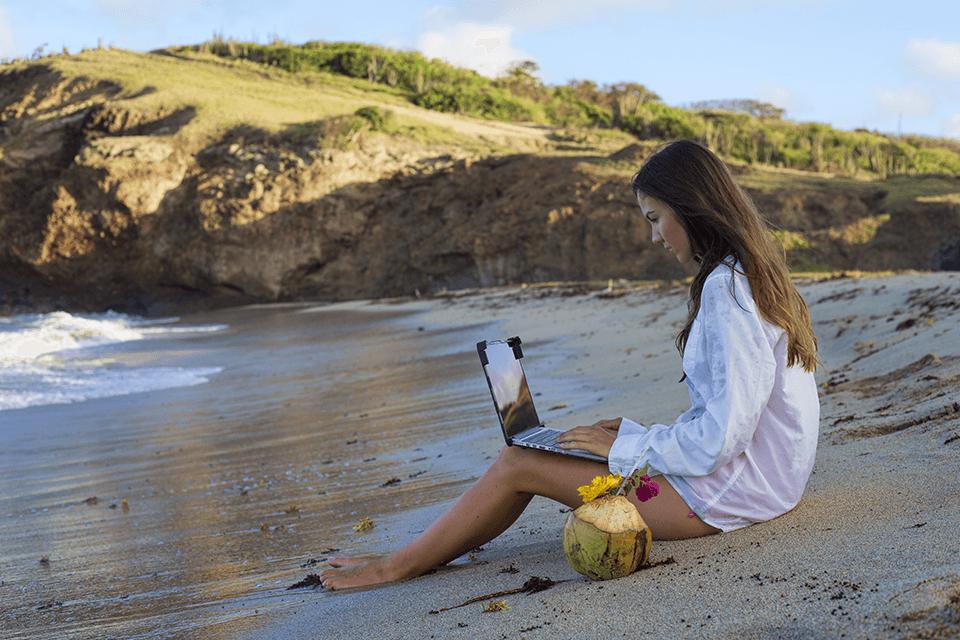 mujer-trabajando-playa