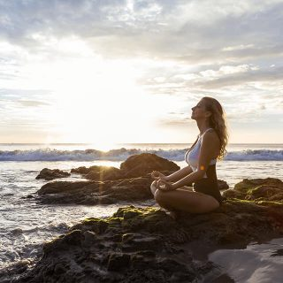 mujer-meditando-playa